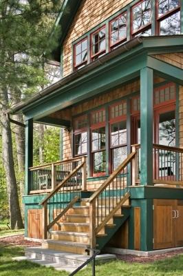 Лестница на веранду из дерева с перилами
