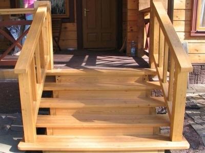 Деревянная лестница на веранду