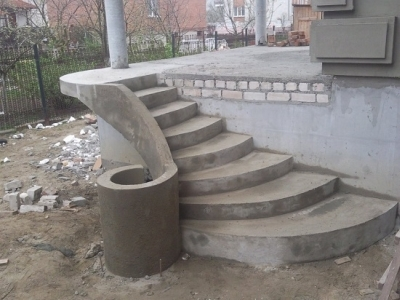 Бетонная лестница на веранду