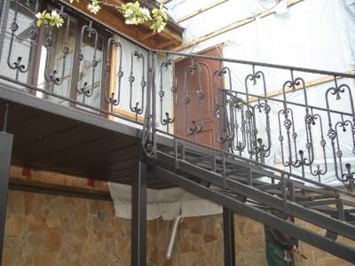 Металлическая лестница на веранду