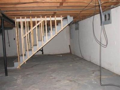 Установка опалубки для одномаршевой лестницы между стен