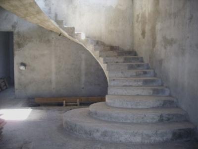 Готовая монолитная лестница с забежными ступенями