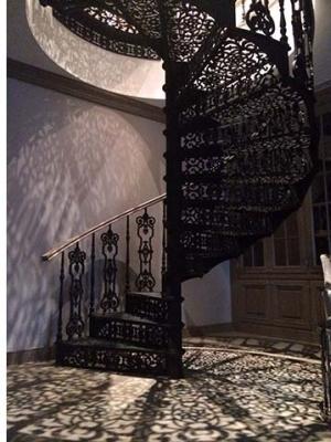 Чугунная винтовая лестница с ажурными балясинами и ступенями