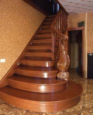 Одномаршевая лестница с резным декором