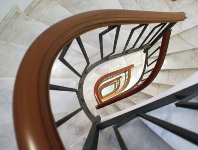 Перила из ПВХ для лестнице в многоэтажке