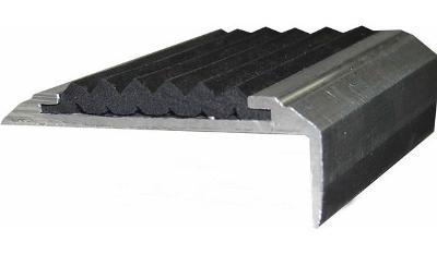 Алюминиевый уголок с противоскользящей вставкой