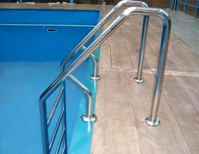 Лестница в бассейне