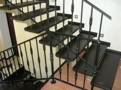 Лестница из металла на косоурах