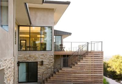 Чердачная лестничная конструкция внешнего размещения