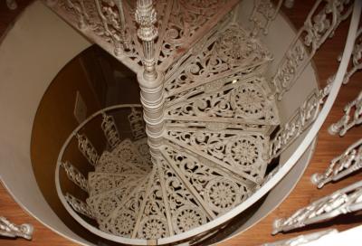 Чугунная лестница окрашенная в светлые тона