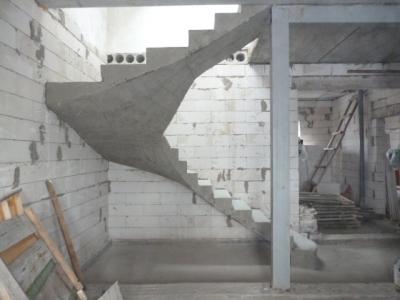 Бетонное лестничное сооружение