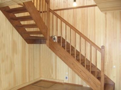 Лестница в баню с поворотом без подступенников