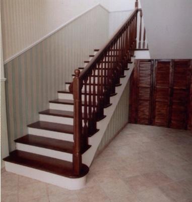 Лестница на второй этаж покрытая краской