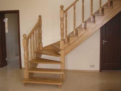Лестница на второй этаж покрытая лаком