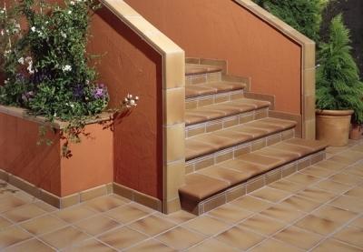 Лестничная установка с керамогранитной облицовкой