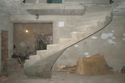 Бетонная лестница на второй этаж