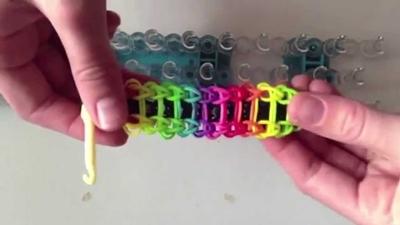 Стильный браслет из цветных резинок «Лестница»