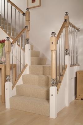 Фиксация опор к лестнице из массива