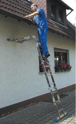 Трансформирующаяся лестница во время высотных работ