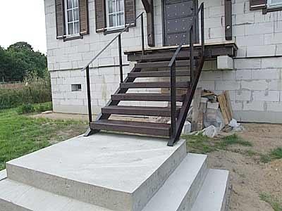 Готовая лестница для входа из металла