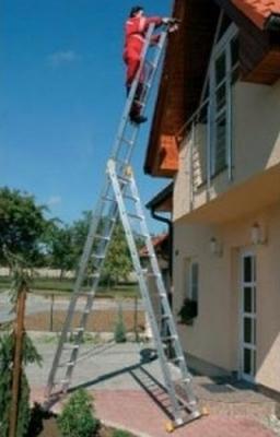 Эксплуатация лестницы с тремя выдвижными секциями