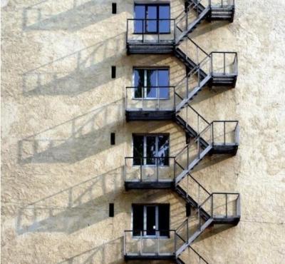 На противопожарную лестницу можно попасть через окно