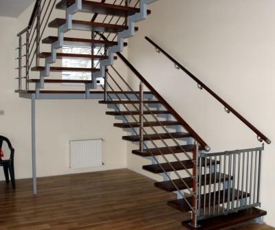 Лестница на второй этаж с двумя маршами