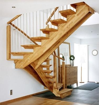 Косоуровая лестница из древесины