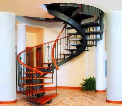 Винтовая лестница в доме, ведущая на второй этаж