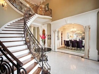 Лестница может поистине стать украшением прихожей