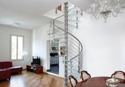 Гостиная комната с винтовой конструкцией из стекла
