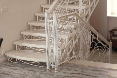 Белая лестница на косоурах
