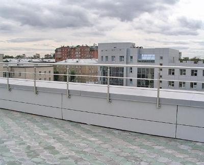 Ограда с парапетом на эксплуатируемой крыше