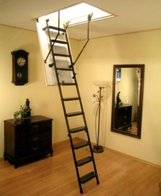 Раскладная лестница между перекрытиями
