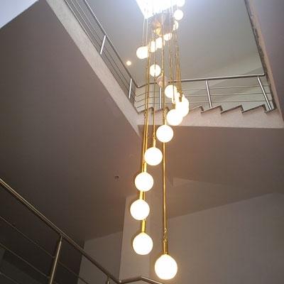 Установка осветительных приборов на лестнице