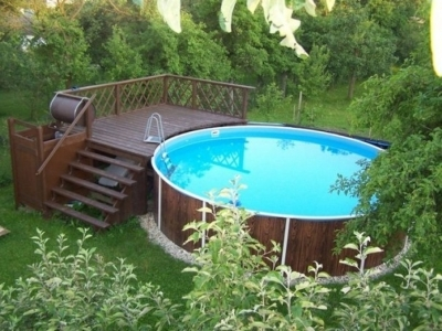 Стационарная деревянная конструкция у бассейна