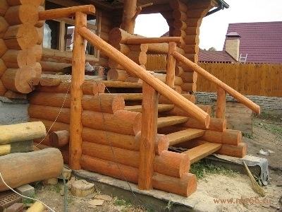 Входная лестница в бревенчатый дом