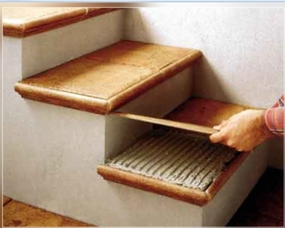 Обработка лестницы из бетона сосновым массивом