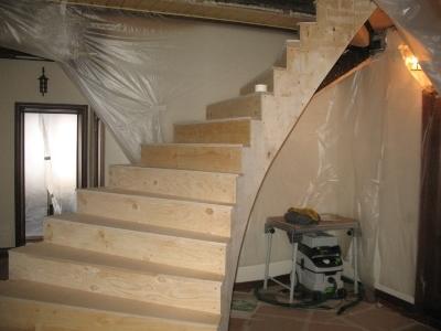 Декорирование лестницы из бетона ясенем