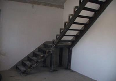 Лестничная установка из швеллера