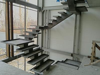 Возведение ступеней на стальной основе