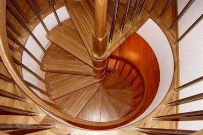 Г-образная лестничная конструкция