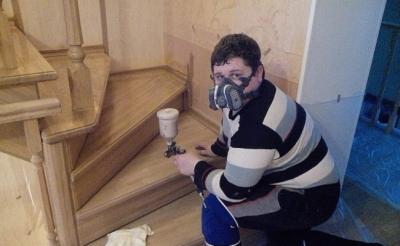 Нанесение лакокрасочного покрытия на лестницу
