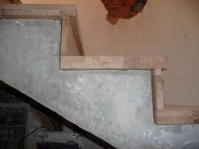 Облицовка монолитной лестничной установки доской