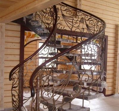 Лестничная конструкция из кованых деталей