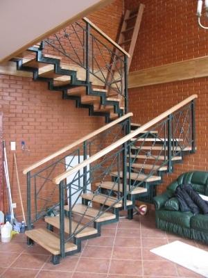 Изделие из металла с деревянными ступенями