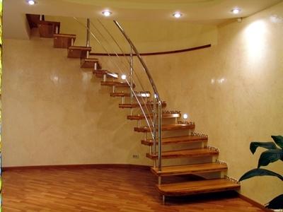 Полувинтовая комбинированная лестница с опорой на криволинейной стене