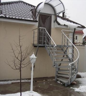 Полувинтовая металлическая лестница