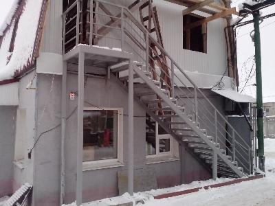 Пример металлического каркаса лестницы с косоуром