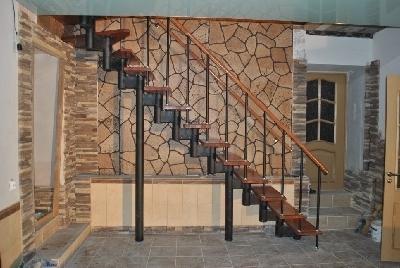 Пример металлического каркаса лестницы на больцах